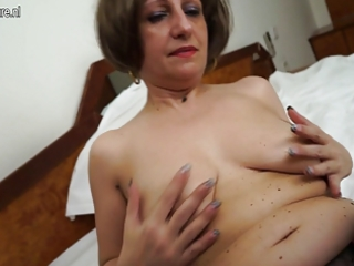 hawt dilettante mother of 9 playing with her wet